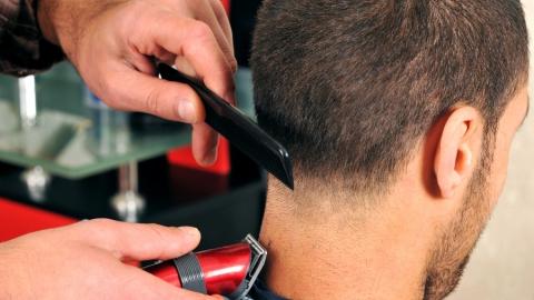 Вор лишил парикмахера из Ершова машинок для стрижки и триммера