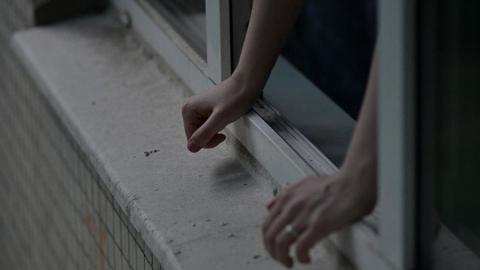Ревнивца из Энгельса осудят за выброшенного в окно соперника