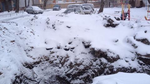 """Жители жалуются на брошенную """"Водоканалом"""" яму в одном из дворов на Тархова"""