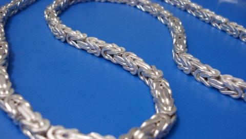 Житель Энгельса отобрал у прохожего серебряную цепочку