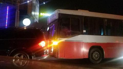 Авария с 11-м автобусом и джипом парализовала движение на проспекте 50 лет Октября