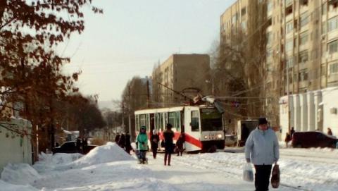 НаОгородной трамвай сошел срельсов иснес дорожный знак