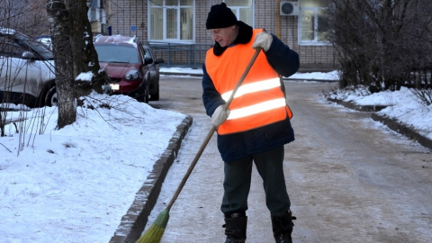 Убирать снег в Саратове будут 1,6 тысячи дворников
