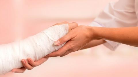Директора школы оштрафовали за сломанную на физкультуре руку ученика