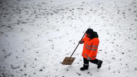На расчистку улиц Саратова от снега вышли 1800 дворников