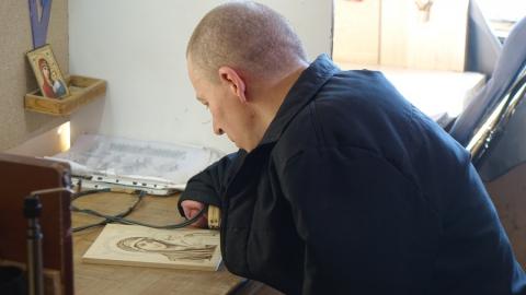 Безрукий саратовский осужденный получил Благословенную грамоту за написанную икону
