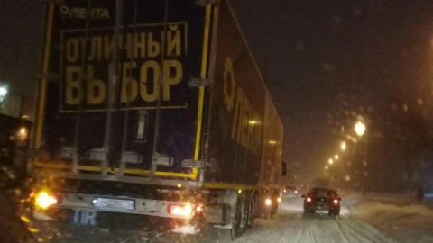 Авария с фурой на кольце 10-го троллейбуса парализовала движение на Тархова
