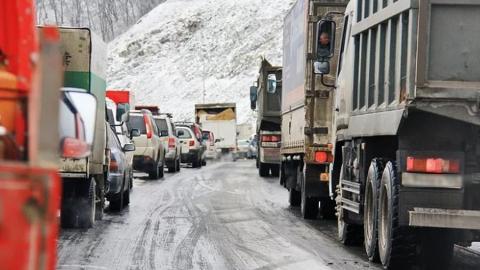 На трассе под Красноармейском затруднено движение из-за буксующих грузовиков