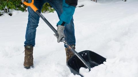 Убирать снег на саратовских улицах будут 1700 дворников
