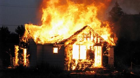 В Саратовской области горел дом в поселке Красный Текстильщик