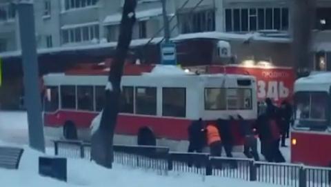 Из-за снегопада саратовцам пришлось толкать троллейбус на Рахова