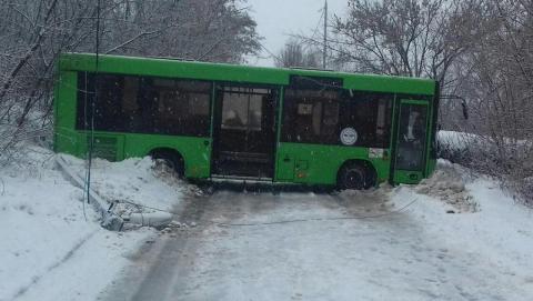 Пассажирский автобус протаранил столб на окраине Заводского района