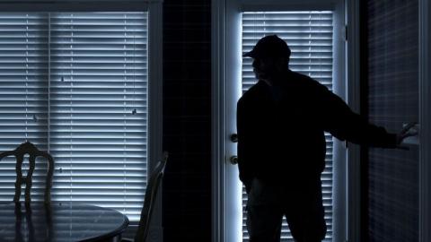 Желающего вернуть долг сельчанина осудят за незаконное проникновение в чужой дом