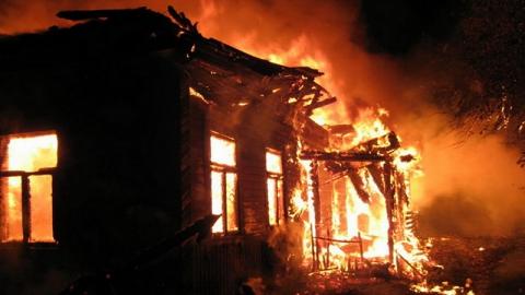 Под Вольском горел частный дом из-за неосторожного обращения с огнем