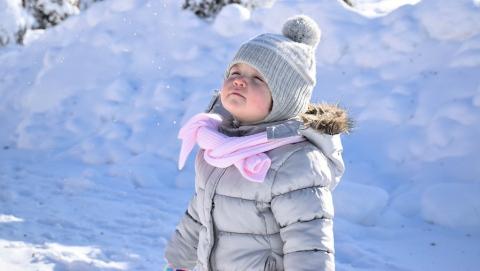 Оставшаяся одна дома трехлетняя девочка пошла гулять по снегу в одних носках