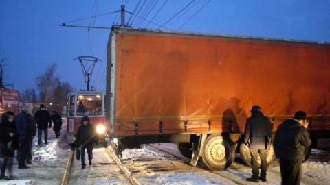В Саратове трамваи №11 встали из-за застрявшей на путях фуры