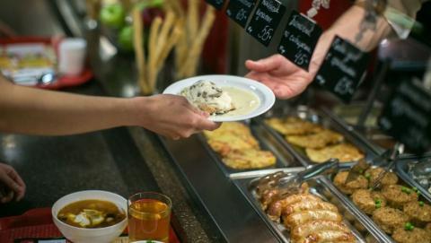 В 2017 году саратовцы оставили в кафе и ресторанах 7,7 миллиарда