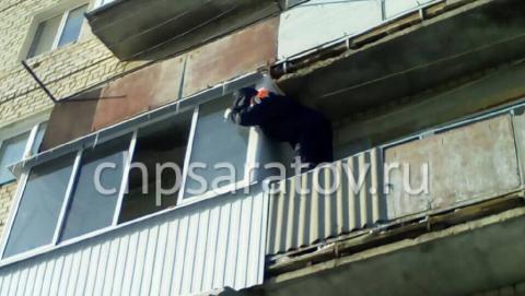 В Вольске спасатели сняли с балкона пенсионерку