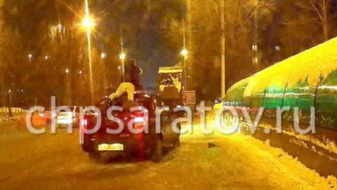 В Саратове пьяный водитель провез на крыше пешехода