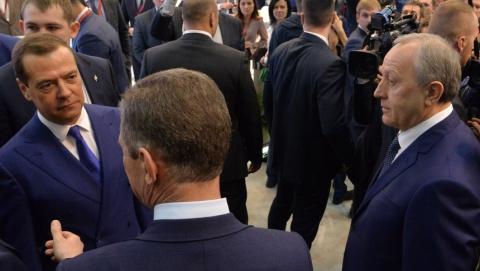 Медведев посетил выставочный стенд Саратовской области на инвестиционном форуме