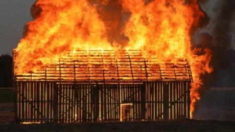 В Татищевском районе сгорели сарай и баня
