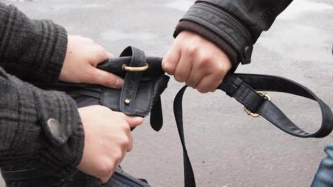 В Энгельсе мужчина похитил алкоголь в магазине и женскую сумку у прохожей на улице