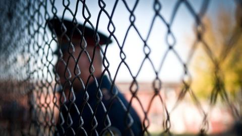 Саратовцу дали пять лет строгой колонии за нападение на полицеского и угрозы девушке