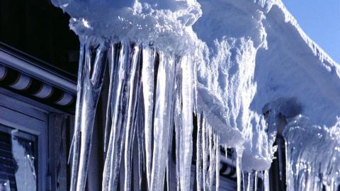 Вцентре Саратова наподростка упала глыба льда