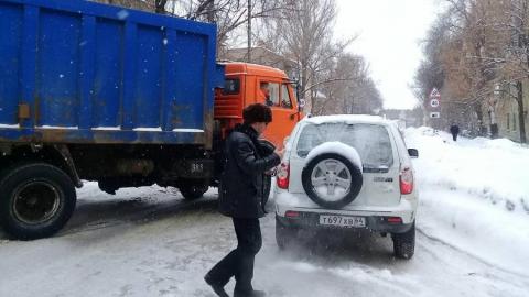"""В Кировском районе образовалась пробка из-за столкновения мусоровоза с """"Нивой"""""""
