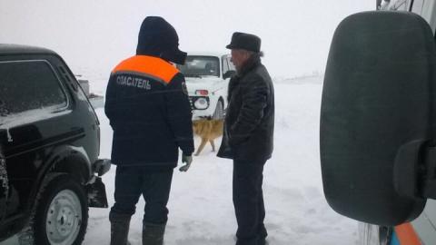"""Спасатели вытащили застрявшую в снегу семью на """"Ниве"""""""