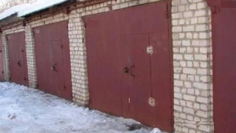 В Энгельсе двое мужчин пытались похитить ворота гаража