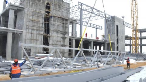 В здании терминала нового аэропорта начался монтаж перекрытий кровли