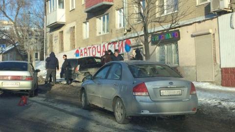 """На Мясницкой иномарка врезалась в магазин автозапчастей после столкновения с """"двенадцатой"""""""