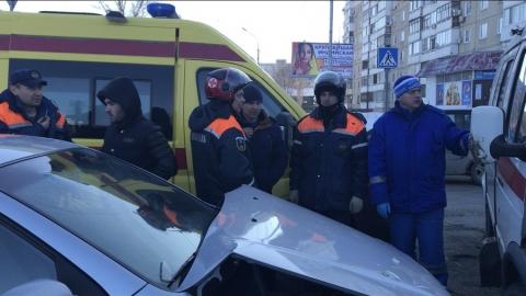 "В Саратове два человека пострадали при столкновении ""скорой"" и такси"