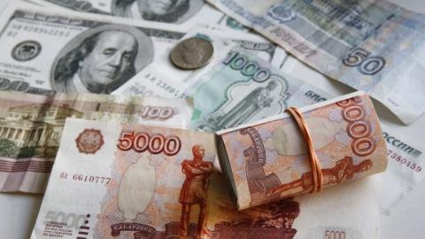 Рубль подешевел из-за внешнего негатива и неустойчивости нефти