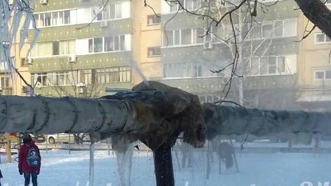 В Саратове коммунальный фонтан несколько дней заливает детскую площадку