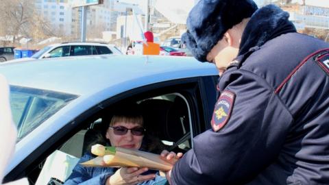 Начальник саратовской ГИБДД дарил цветы автолюбительницам на Предмостовой площади