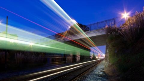 Под колесами грузового поезда погиб пенсионер