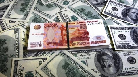 Российский рубль дешевеет по сравнению с долларом