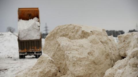 В Саратове на берег Волги свозят грязный снег с улиц