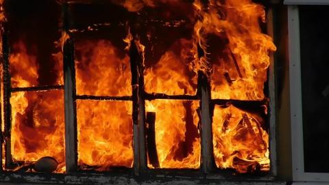 В Заводском районе горит расселенный дом