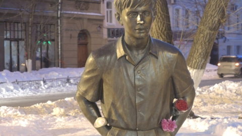 Саратовцы несут цветы к памятнику Олегу Табакову