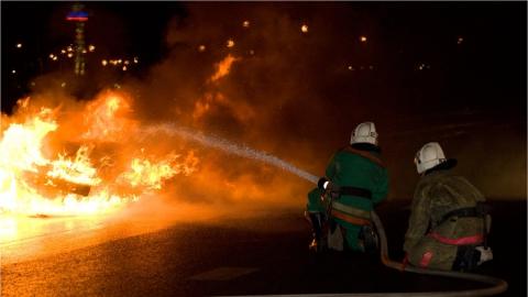 В центре Саратова два пожарных расчета тушили горящий автомобиль