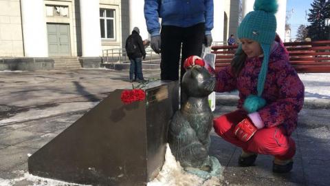 Саратовцы продолжают нести цветы к памятнику Олегу Табакову