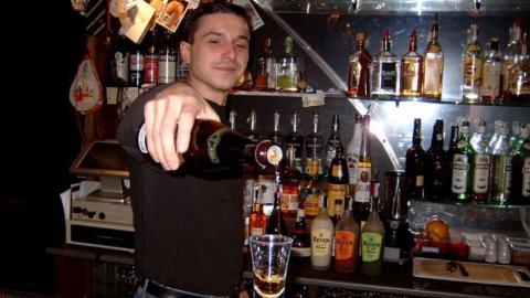 Посетитель ночного бара украл из холодильника четыре бутылки пива