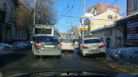 В центре Саратова затруднено движение из-за массовой аварии
