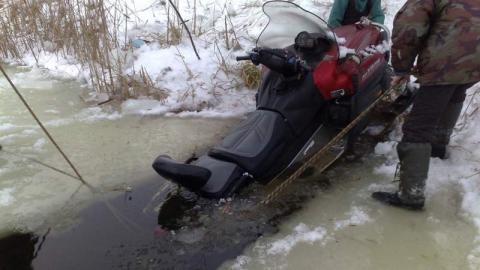 Мужчина на снегоходе провалился под лед на Волге