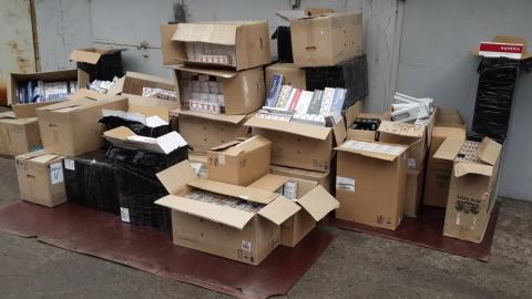 """Саратовские """"бизнесмены"""" организовали торговлю сигаретами из гаража"""