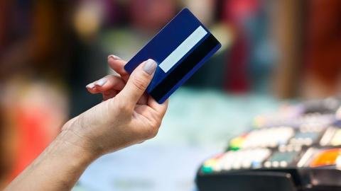 Под Саратовом женщина потратила 30 тысяч с карты собутыльника