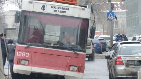 """Троллейбус застрял в яме напротив """"Саратовэнерго"""""""